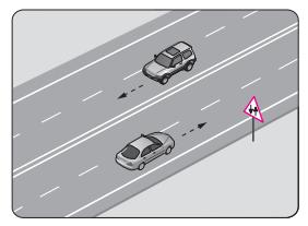 Şekildeki yol bölümünde görülen trafik işaret levhası, sürücüye aşağıdakilerden hangisini bildirir?
