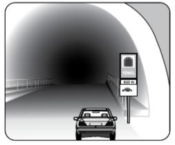 Şekildeki gibi yeterince aydınlatılmamış tünele giriş yapan aracın sürücüsü aşağıdakilerden hangisini yapmak zorundadır?