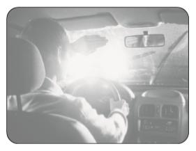 Geceleri kara yolunda seyrederken, resimde görüldüğü gibi karşı yönden gelen araç sürücülerinin ve kara yolunu kullanan diğer kişilerin gözlerini kamaştırmamak için uzağı gösteren ışıkların yerine hangisi yakılmalıdır?